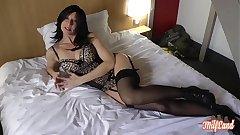 Léa, une milf brunette très sexy