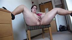 Busy Mature BBW down mini skirt rips her pantyhose and spreads